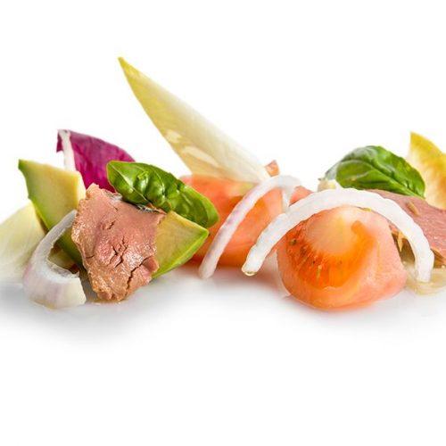 Ensalada de tomate, cebolla morada, aguacate y el atún de almadraba en aceite de oliva virgen extra. Albores Restaurante Jerez