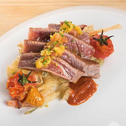 Atún (Tarantelo) plancha con verduras en tempura con vinagreta de mango y tomate seco. Albores Restaurante Jerez