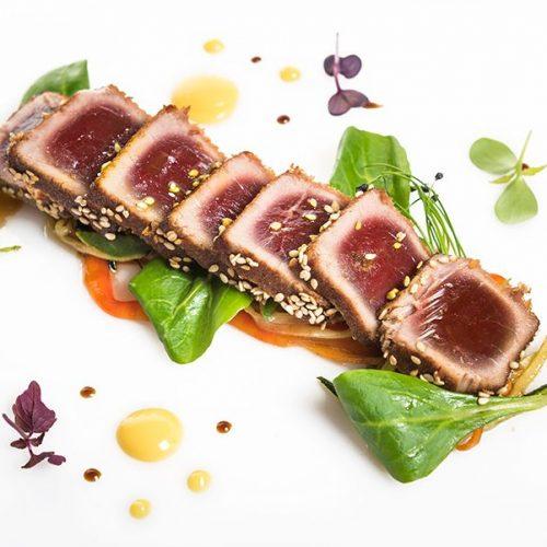 Tataki de atún de almadraba con wok de verduras. Albores Restaurante Jerez 🐟  Descargamento