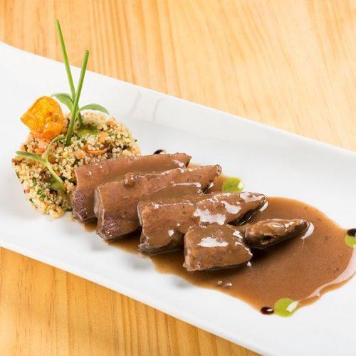 Carrillada de atún (Facera) estofada al vino tinto con couscous. Albores Restaurante Jerez