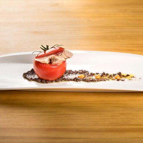 Tomate de Conil, relleno de unas lascas de atún confitado sobre tapenade de aceitunas negras.. Albores Restaurante Jerez