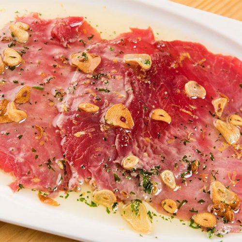 Laminas de atún (Cola blanca) con fritada de ajos y toques cítricos. Albores Restaurante Jerez.